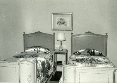 98-historic_84-b_w-closeup-of-twin-beds-min
