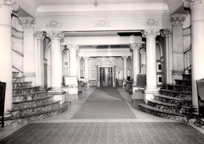 51-historic_33-lobby-with-view-of-front-enterance-and-two-side-staircases-min