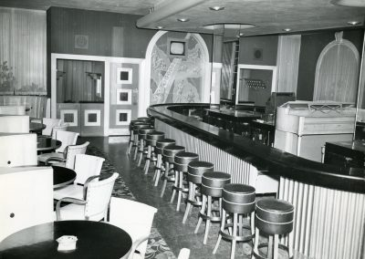 60-historic_44-f_b-outlet-with-booths-and-bar-b_w-pic-min