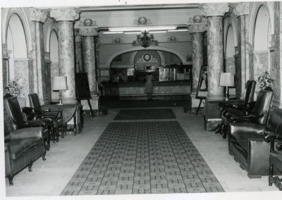 97-historic_83-b_w-lobby-with-f_b-counter-with-woman-at-the-counter-min
